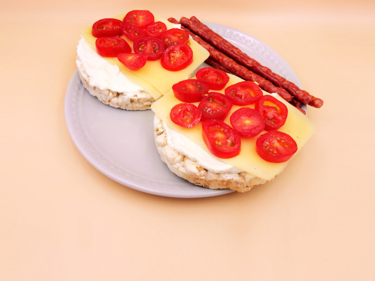 Wafle ryżowe z serem i pomidorkami z kabanosami przepis