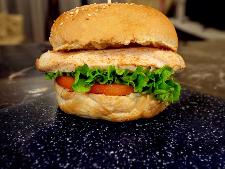 burger z pieczonym kurczakiem i serem mozzarella
